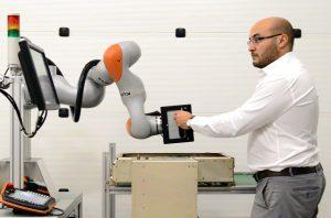 Un robot assemblé par Akéoplus, une entreprise de Château-Gaillard (01), pour contrôler une armoire électrique destinée à un avion de ligne. Les 1 500 contrôles nécessaires demandent une heure de travail à un opérateur qui doit en plus en assurer le reporting. Trois à quatre jours suffisent pour apprendre à un robot à effectuer les mêmes contrôles en 15 minutes tout en enregistrant (y compris à l'aide de photos) tout ce qu'il fait.